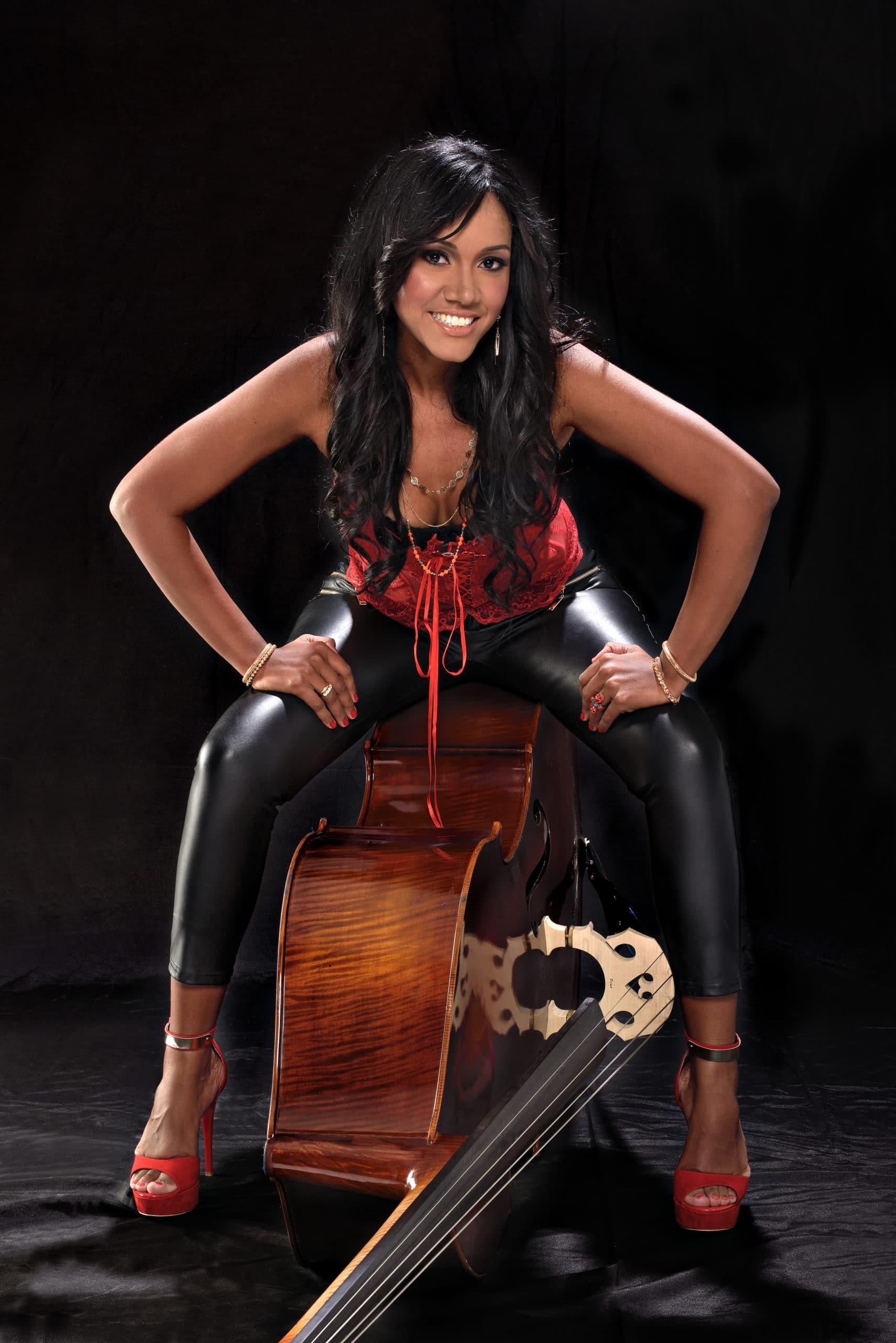 yuri betancourt bassista cantante cubana