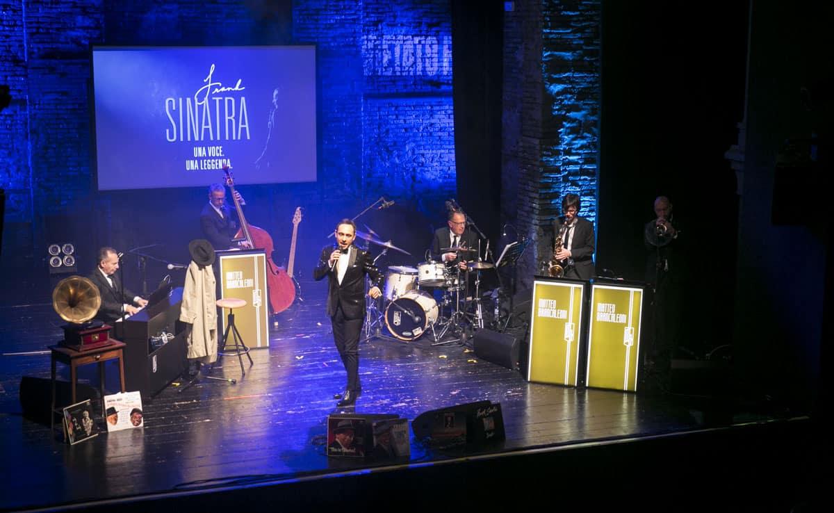 Il crooner Matteo Brancaleoni durante uno spettacolo